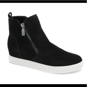 Waterproof sneaker shoes